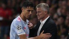 Cristiano Ronaldo dan manajer Manchester United, Ole Gunnar Solskjaer. Ft/via laman The Sun.