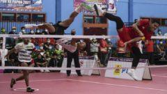 Tim Papua (putih) kalah 0-2 dari Jawa timur (merah) pada babak semifinal Sepak Takraw Double Putra PON XX Papua di GOR Sepak Takraw Trikora Universitas Cenderawasih, Jayapura, Selasa (28/09/2021). Ft/PB PON XX PAPUA-Syahru Romadhon