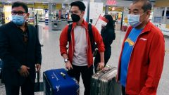 Tim Piala Sudirman Indonesia tiba di Bandara Internasional Helsinki Airport di Vantaa, Finlandia, Rabu (22/9/2021) siang waktu setempat. Ft/Twitter @INABadminton